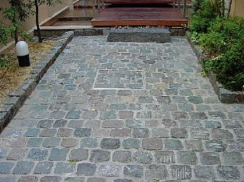 石畳 アプローチ  そしてこちらはスウェーデンからです 1つ1つの大きさがランダムなのにき...